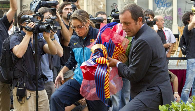 El presidente del F.C. Barcelona, Sandro Rosell, durante la ofrenda floral en el monumento a Rafael de Casanovas con motivo de la Diada nacional de Cataluña.