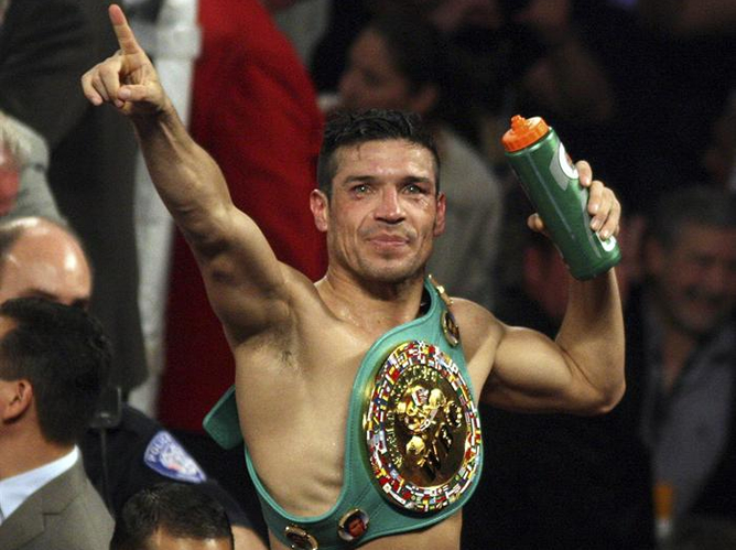 El argentino Sergio 'Maravilla' Martínez celebra el título de campeón del peso medio, versión Consejo Mundial de Boxeo (CMB), que le ha arrebatado al mexicano Julio César Chávez Jr., en la madrugada del sábado 16 de septiembre de 2012, en el pabellón Thomas & Mack Center de Las Vegas.