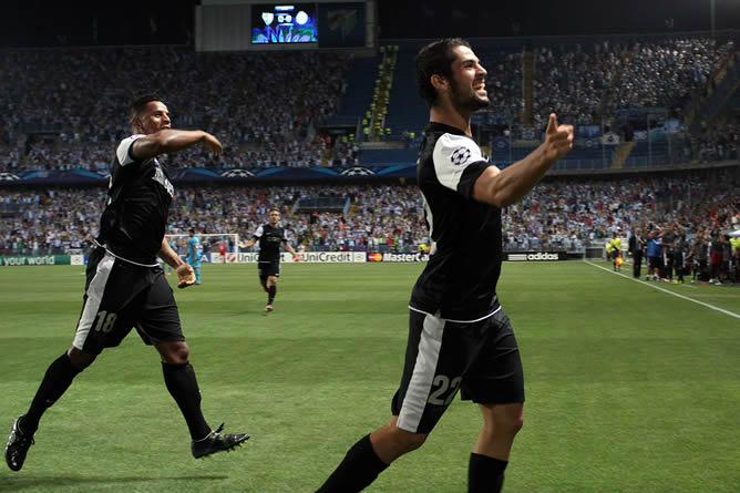 Los jugadores Isco (d) y Eliseu Pereira Dos Santos (i), del Málaga, celebran el primer gol en el partido que enfrenta al Málaga y al Zenit de San Petersburgo en la fase de grupos de la Liga de Campeones