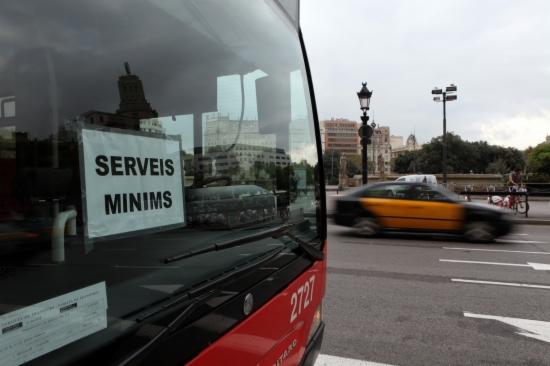 Un dels autobusos de serveis mínims, durant la jornada de vaga