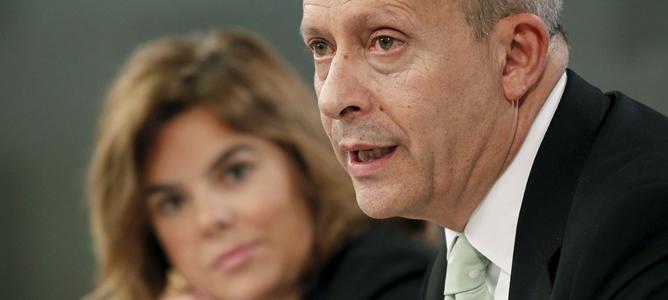 La vicepresidenta del Gobierno, Soraya Sáenz de Santamaría, y el ministro de Educación, José Ignacio Wert, durante la rueda de prensa que han ofrecido tras la reunión del Consejo de Ministros.
