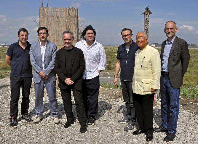 Los miembros del G9 de la cocina, entre ellos Ferran Adrià (3i) y Gastón Acurio (4i), el pasado viernes (21) durante una visita solidaria por varias zonas arrasadas por el tsunami de 2011, en el noreste de Japón.