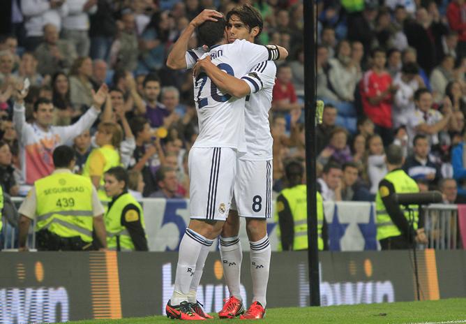 Kaká celebra uno de sus goles en el Trofeo Santiago Bernabéu con Higuaín