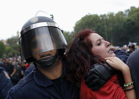 FOTOGALERIA: Efectivos de la Policía Nacional cargan en la plaza de Neptuno contra varios de los manifestantes