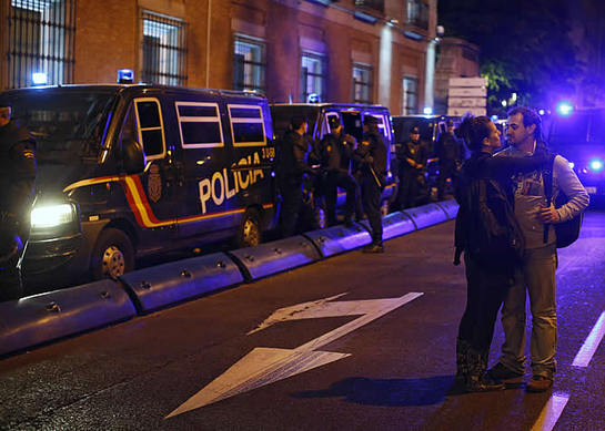 FOTOGALERIA: Una pareja, ante los antidisturbios