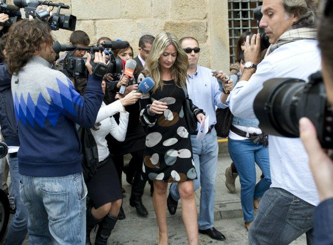La concejala socialista de Los Yébenes, Olvido Hormigos, a la salida de los juzgados de Orgaz donde ha ratificado la denuncia contra el alcalde de la localidad, Pedro Acevedo, por la difusión de su vídeo íntimo.