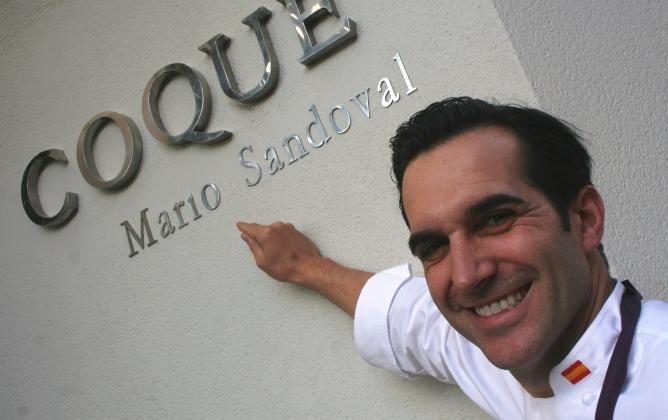 El chef del restaurante Coque, frente a la fachada de su establecimiento, en Humanes (Madrid).
