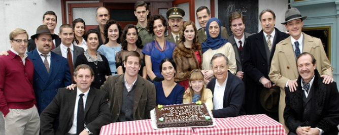 El elenco principal de 'Amar en tiempos revueltos', celebrando los 1.500 capítulos emitidos