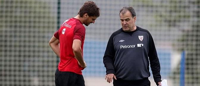 Bielsa charla con Fernando Llorente