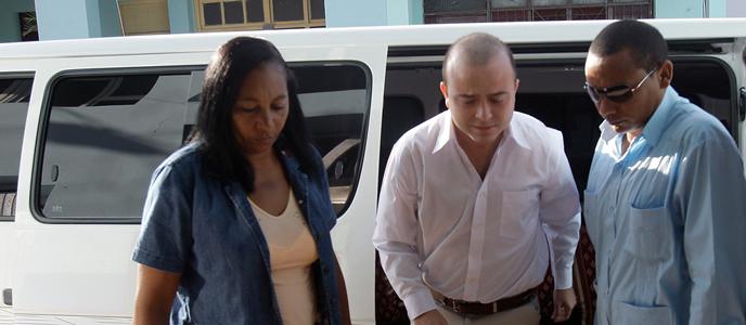 """El español Ángel Carromero (c) llega al tribunal Provincial de la ciudad de Bayamo, Cuba, donde se le enjuicia por un presunto delito de """"homicidio imprudente"""" al ser el conductor del vehículo accidentado en el que perdieron la vida los opositores Oswaldo Payá y Harold Cepero."""