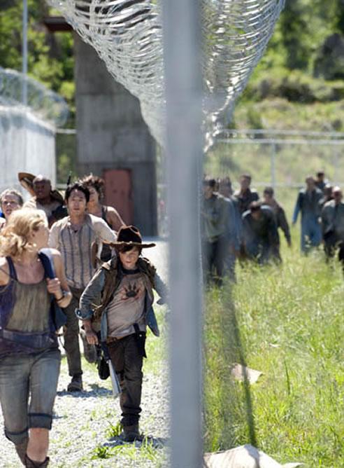 Los protagonistas de 'The Walking Dead' huyen de un grupo de zombies en la tercera temporada