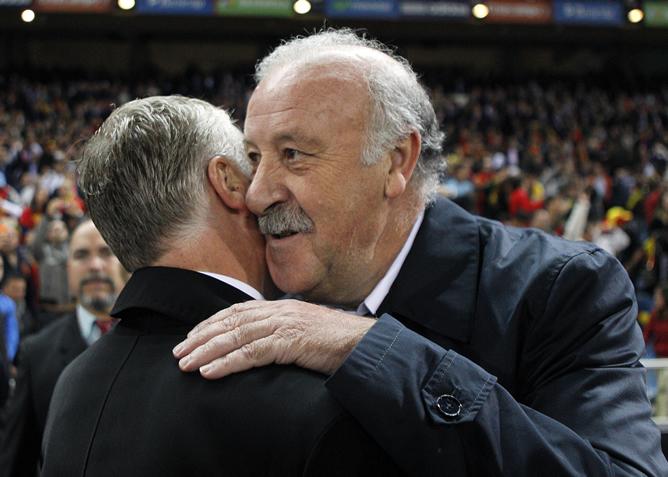 El entrenador de la selección española, Vicente del Bosque (d), saluda al técnico francés, Didier Deschamps (i), momentos antes del inicio del partido de la fase de clasificación para el Mundial 2014 de Brasil