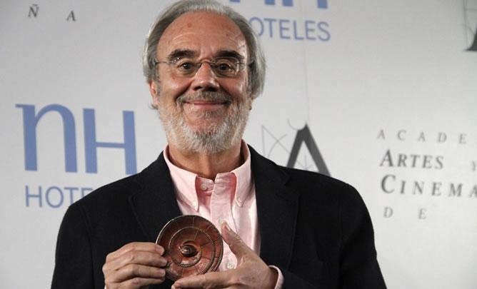 Manuel Gutiérrez Aragón posa en la Academia con la Medalla de Oro
