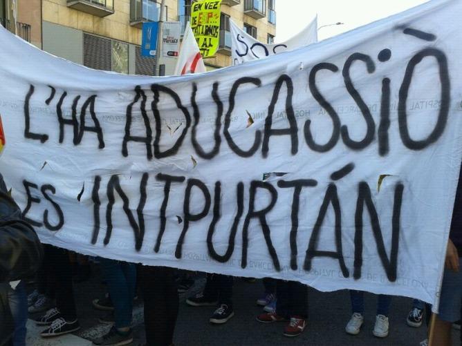 Pancartes en la manifestació dels estudiants de secundària per Barcelona