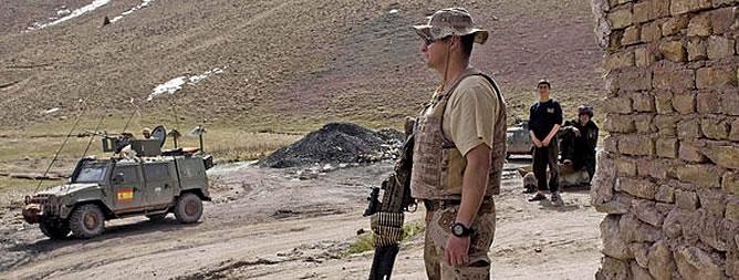 Soldados españoles de la Fuerza Internacional de Asistencia a la Seguridad (ISAF), durante una visita a una mina en Herat (Afganistán)
