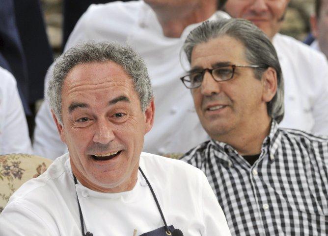 Foto de archivo del cocinero Ferrán Adrià (i), junto al copropietario de El Bulli, Juli Soler (d), durante la rueda de prensa celebrada antes del cierre del restaurante, el 30 de julio de 2011.