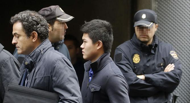 """Un ciudadano chino llega a la sede de la Audiencia Nacional de la calle Prim, donde el juez de la Audiencia Nacional Fernando Andreu continúa con la toma de declaración de los detenidos en la operación Emperador"""" contra el blanqueo, en la que hasta el momento han sido arrestadas 87 personas."""