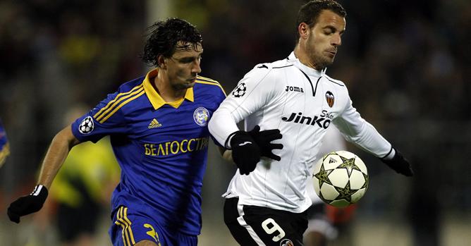 El jugador del Valencia CF Roberto Soldado disputa el balón con Yegor Filipenko del FC BATE Borisov durante el juego del grupo F de la Liga de Campeones de Europa que les enfrenta hoy, martes 23 de octubre de 2012, en Minsk