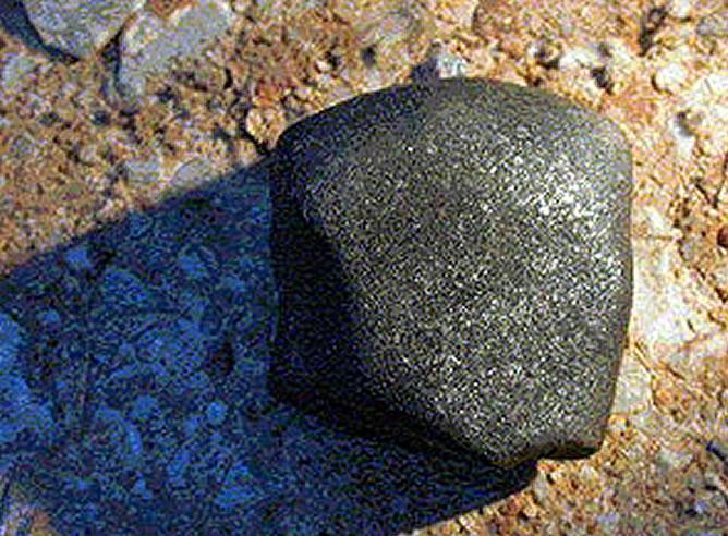 Uno de los fragmentos del meteorito que cayó en 2004 en Villalbeto de la Peña (Palencia)