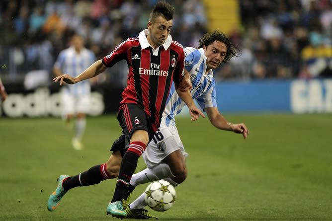 El jugador chileno intenta arrebatar el balón a un atacante del AC Milan