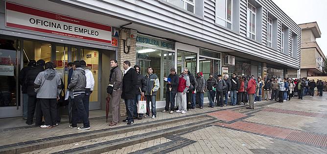 Cola del paro en una oficina de desempleo en Madrid