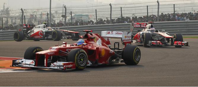 El español adelanta a Hamilton y Button en las primeras vueltas del GP de la India, en la que Webber ha conseguido una nueva victoria que le afianza como líder del Mundial.