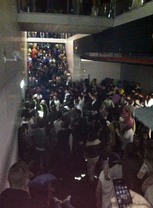 Colapso en el pasillo que comunica con la pista central del Madrid Arena durante la celebración de la fiesta de Halloween.