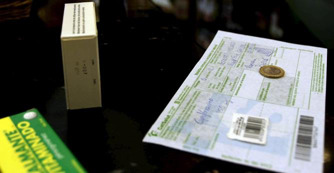 Una persona adquiere varios medicamentos en una farmacia de Barcelona