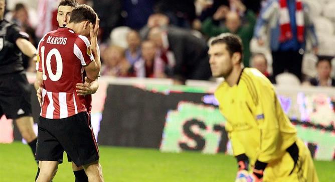 El delantero del Athletic de Bilbao Aduriz consuela a su compañero De Marcos en presencia del portero del Olympique de Lyon, Rémy Vercoutre