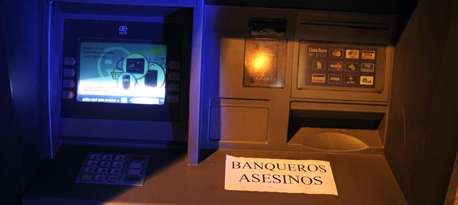 Nota pegada en un cajero automático de Barakaldo en la que se responsabiliza a la banca de la muerte de una vecina de la localidad que se suicidó cuando iba a ser desahuciada.