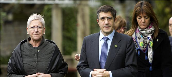 El lehendakari, Patxi López, junto a la directora de Atención a las Víctimas del Gobierno Vasco, Maixabel Lasa, y la consejera de Justicia e Interior, Idoia Mendía (d), durante el acto de conmemoración del Día de la Memoria celebrado en el palacio Ajuria Enea de Vitoria.