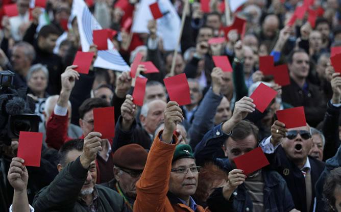 Los militares portugueses se manifiestan en Lisboa para pedir al gobierno que respete la Constitución. REUTERS