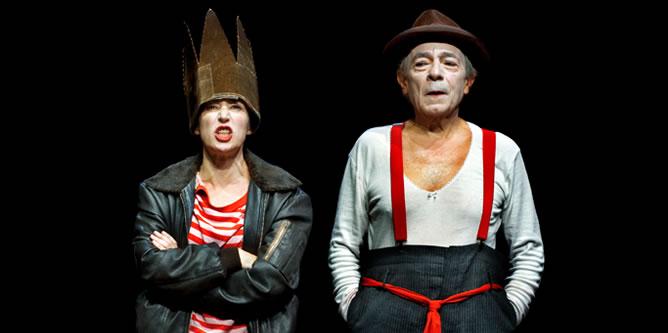 Los actores José Luis Gómez e Inma Nieto representan una adaptación de 'el Principito' en el Teatro de La Abadía.