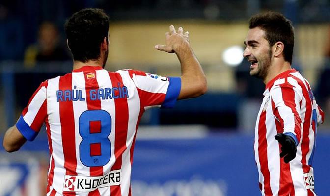 Raúl García felicita a Adrián por su gol ante el Getafe
