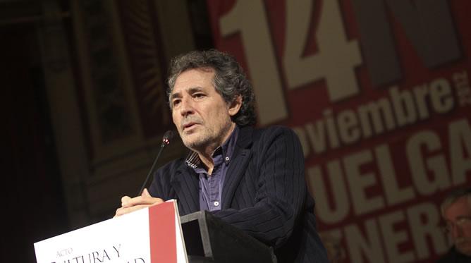 El músico Miguel Ríos durante su intervención en un acto en el Ateneo de Madrid de apoyo a la huelga general.  EFE/Víctor Lerena