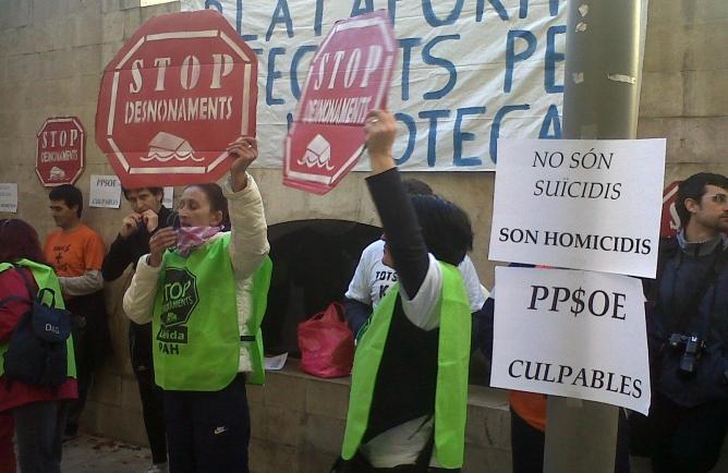 Un grup d'activistes es manifesta davant la seu del PP a Lleida per reclamar la dació en pagament retroactiva