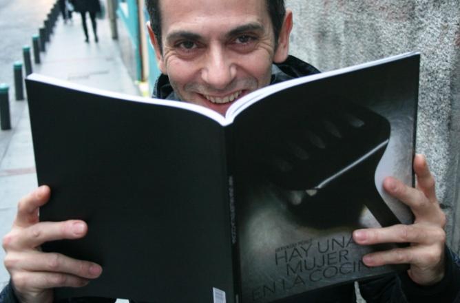 El periodista Gervasio Pérez, autor de 'Hay una mujer en la cocina', posa en el madrileño barrio de Malasaña.