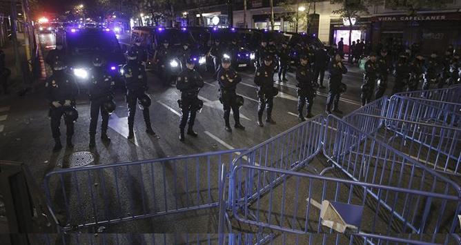 Efectivos de la Policía Nacional, tras cortar el tráfico en la calle Génova de Madrid, durante la manifestación convocada por los sindicatos con motivo de la huelga general, que ha partido de la plaza de Cibeles y ha finalizado en la plaza de Colón.