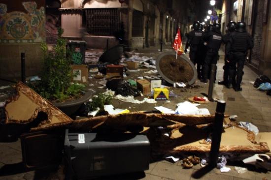 Desperfectes als voltants del Palau de la Música provocats pels aldarulls posteriors a la manifestació en motiu de la vaga general, a la Via Laietana de Barcelona