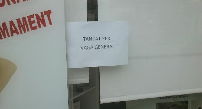 Cartell a un comerç de Vilafranca del Penedès que va tancar per la vaga general
