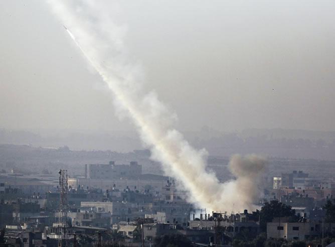 Israel ha lanzado ataques aéreos a la Franja de Gaza, amenazando con una ofensiva más amplia para frenar repetidos ataques palestinos.