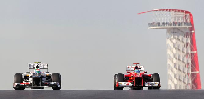 El Ferrari de Fernando Alonso sobrepasa al mexicano Sergio Pérez durante la sesión de entrenamientos en el Gran Premio de Estados Unidos