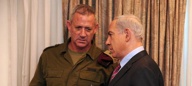 El primer ministro israelí, Benjamin Netanyahu, habla con el jefe de la Defensa de Israel, Benny Gantz.
