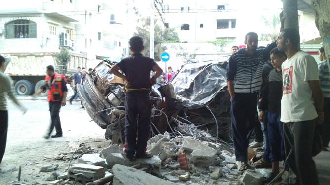 Bombardeo en la calle Al Nasser, centro de Gaza, donde Israel ha matado a diez civiles a la familia Al  Dalou. CARMEN RENGEL