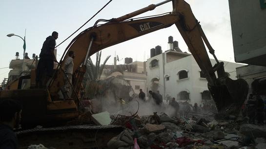 FOTOGALERIA: Una escavadora retira los restos de una casa bombardeada en Gaza