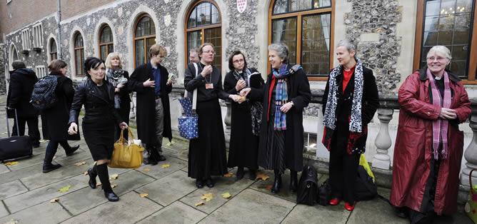 Varias pastoras anglicanas en sede de una Iglesia en Londres