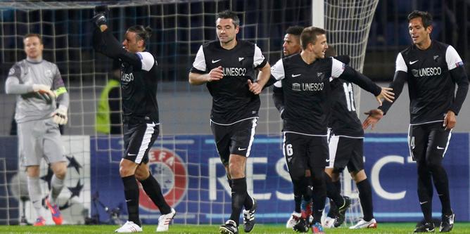 Los futbolistas del Málaga festejan en el Estadio Petrovski uno de sus goles frente al Zenit