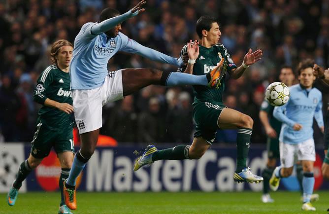 El argentino disputa una pelota con el marfileño