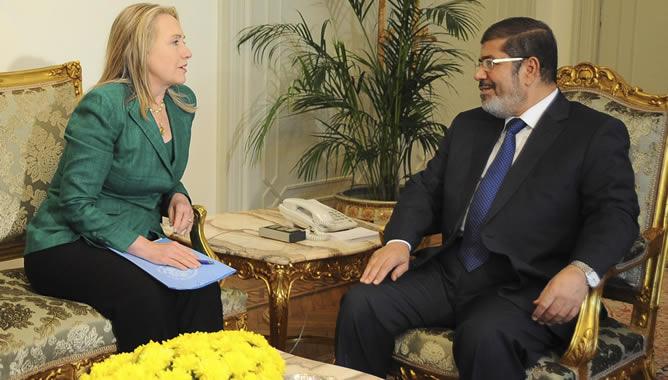 Hillary Clinton y Mohamed Mursi, durante la reunión que han mantenido este miércoles en El Cairo tras la que han anunciado el alto el fuego en Gaza