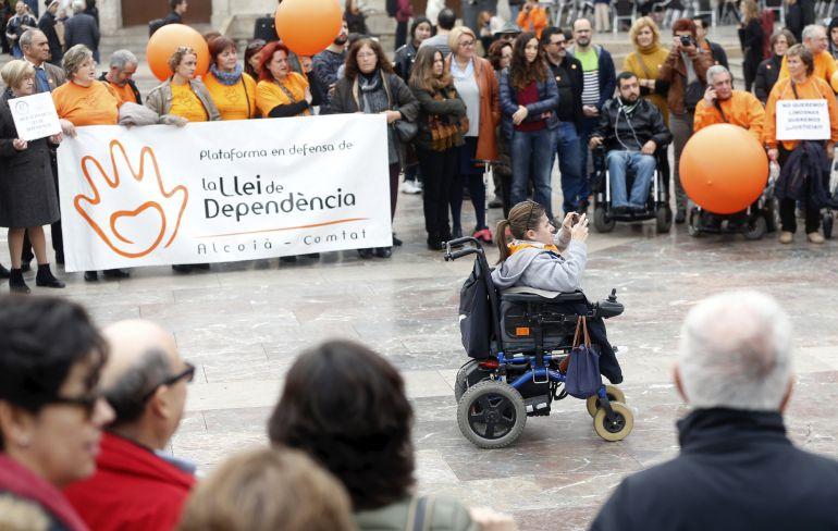 Concentración de las plataformas en defensa de la Ley de Dependencia y la Coordinadora de Discapacidad y Dependencia de Valencia.